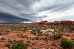 Verlaten landschap in onweerswolken van Bogen Nationaal Park, Utah, de V.S. Stock Foto's