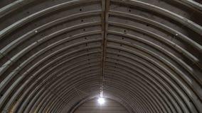 Verlaten leeg pakhuis, oude rustieke metaalstructuur met metaaldakwerk, binnenlands van de oude commerciële fabrieksbouw stock videobeelden