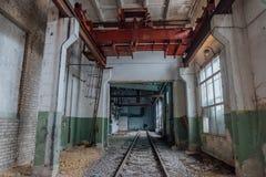 Verlaten leeg treindepot met oude roestige brugkraan stock foto