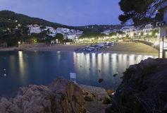 Verlaten Mediterraan strand bij dageraad. Stock Foto