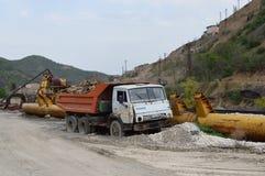 Verlaten metallurgie en oprichtingsfabriek stock foto's