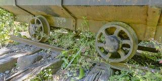 Verlaten mijnkar en spoorweg op een zonnige dag stock afbeelding