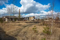 verlaten militaire gebouwen in stad van Skrunda in Letland stock foto's