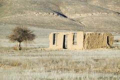 Verlaten modderhuis op Route 166 dichtbij Cuyama, Californië Royalty-vrije Stock Foto's