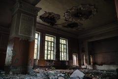 Verlaten montagehal op de School, huis van art. Het concept vernietiging en daling van cultuur en art. stock afbeeldingen