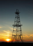 Verlaten oliebron bij zonsondergang Royalty-vrije Stock Afbeelding