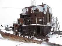 Verlaten oorlogsschip bij de kust van Noordpooloceaan stock foto