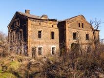 Verlaten oud baksteenhuis stock foto's