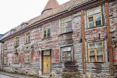 Verlaten oud blokhuis met een betegeld dak in Tallinn Stock Fotografie