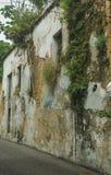 Verlaten oud huis in ruïnes royalty-vrije stock afbeeldingen