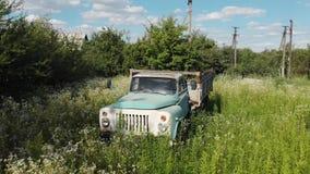 Verlaten Oud Rusty Soviet Truck Car Chernobyl stock videobeelden