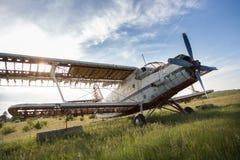 Verlaten oud vliegtuig op het gebied Stock Afbeelding