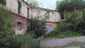 Verlaten oude binnenplaats, langzaam panorama stock video
