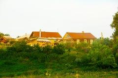 Verlaten oude blokhuizen in het bos stock foto