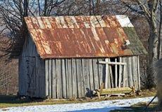 Verlaten oude houten schuur met geroest dak Royalty-vrije Stock Foto