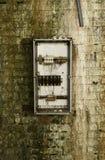 Verlaten oude muur met meter Royalty-vrije Stock Afbeeldingen