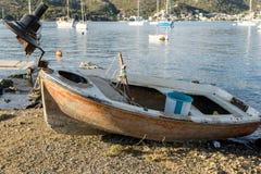 Verlaten oude roestige boot Stock Afbeeldingen