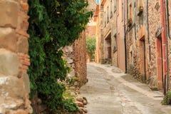 Verlaten oude straat in middeleeuws dorp Stock Afbeeldingen