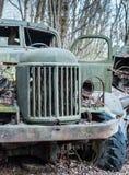 Verlaten ouderwetse militaire groene spoorverblijven in bos in de Uitsluitingsstreek van Tchernobyl stock fotografie