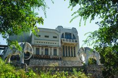 Verlaten plattelandshuisje, huis met standbeeld van twee olifanten in Samara, Rusland stock foto