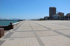 Verlaten promenade langs het overzees in Novorossijsk Stock Foto's