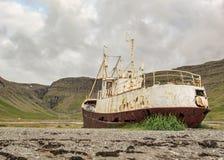 Verlaten reusachtige geroosterde staalboot in Westfjords, IJsland stock afbeeldingen