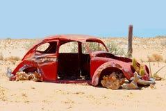 Verlaten roestig Volkswagen Beetle in woestijn, Namibië Royalty-vrije Stock Foto