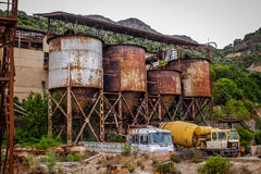 Verlaten roestige kolenmijn in Sardinige Royalty-vrije Stock Foto's