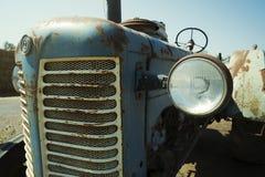 Verlaten roestige uitstekende tractor stock fotografie