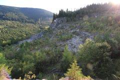 Verlaten rotssteengroeve in een bos bij zonsondergang royalty-vrije stock afbeeldingen