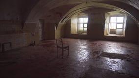 Verlaten rottend gevangenisgebouw tallinn stock videobeelden