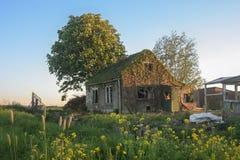 Verlaten rottend huis in het Nederlandse platteland royalty-vrije stock afbeelding