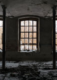 Verlaten ruimte met gebroken venster Stock Foto's