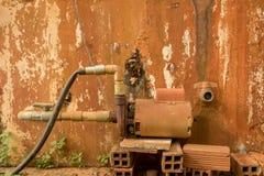 Verlaten Rusty Water Turbine Generator - Beschimmeld Gepeld Beton royalty-vrije stock foto