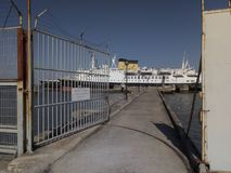 Verlaten schepen in Lissabon, Portugal stock afbeelding