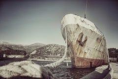 Verlaten schip bij de haven stock foto