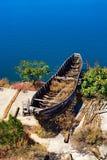 verlaten schip door het Erhai-Meer Royalty-vrije Stock Afbeeldingen