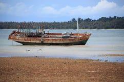 Verlaten schip met blauwe hemel royalty-vrije stock fotografie