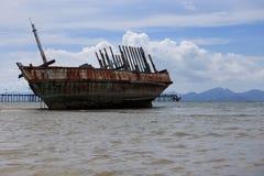 Verlaten schip met blauwe hemel royalty-vrije stock afbeelding