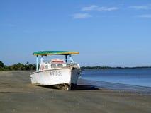 Verlaten schip op het strand Stock Foto's