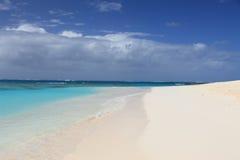 Verlaten schoon zandig strand Stock Foto's