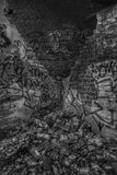 Verlaten schuilplaatsmuur met graffiti Stock Foto