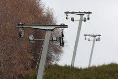 Verlaten skiliftmasten met ontbrekende kabel royalty-vrije stock fotografie