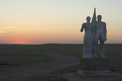 Verlaten sovjetmonument voor vrede in het midden van de steppe Royalty-vrije Stock Fotografie
