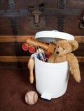 Verlaten speelgoed in huisvuilbak Royalty-vrije Stock Foto