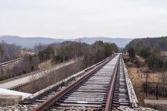 Verlaten Spoorweg - Spoormening over Bewolkte AfternoonBridge stock fotografie