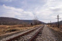 Verlaten Spoorweg - Spoormening over Bewolkte Middag stock afbeeldingen