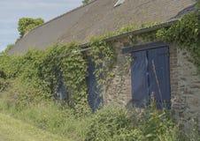 Verlaten steenhuis in landelijk Frankrijk stock fotografie