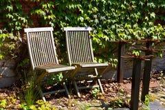 Verlaten stoelen in de zon Royalty-vrije Stock Afbeelding