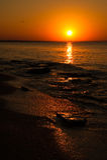 Verlaten strand bij zonsondergang Royalty-vrije Stock Fotografie